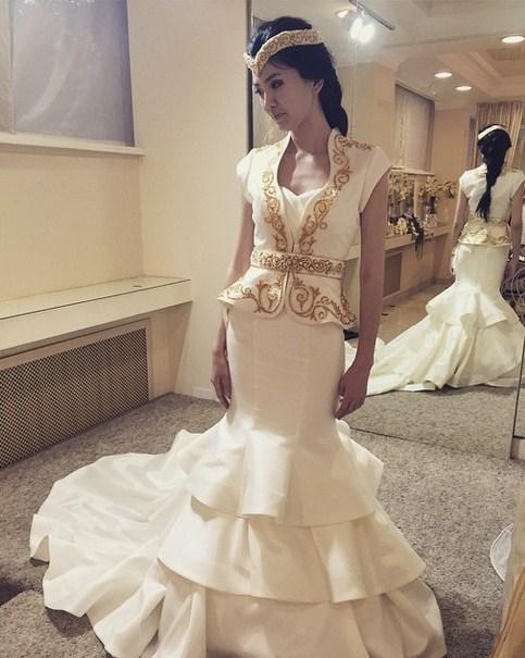 b70d4b6a0450933 Ткань для платья казахской невесты обычно бывает красного или синего цвета.  Если свадьба проходит в жаркое время года, то платье для невесты шьется из  ...